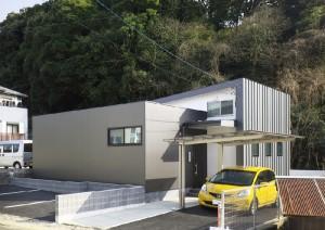 金属サイディングとガルバリウム鋼板縦ハゼ葺き外壁のシンプルな外観。