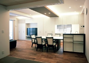 天井材を撤去した際、コンクリートの躯体が露出し結露の心配もあったので、断熱塗料を施した。 間接照明のための設置した木天井はインテリアのポイントである。 壁面には、部屋を広く使うための大容量の収納を設置した。