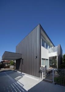 西日を一番受ける壁は、しっかりとしたガルバリウム鋼板の壁で構成され、窓は最小限に抑えている。