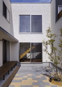 玄関から中庭を介してシンボリックに階段が見える。