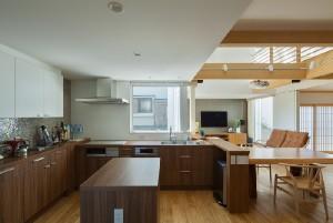 デッキでの朝食の際、東側デッキにサービスしやすい窓を設けたキッチンの配置。 ゴミ箱等来客に見せたくない部分は、リビング入り口などからは隠れる配置にしています。