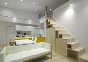 ロフト空間へとつながる階段収納。