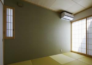 和室の雰囲気に合わせた壁紙。