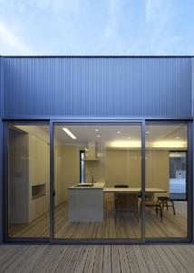 外観は黒のガルバリウム鋼板貼りだが、中庭は明るい色のガルバリウム鋼板貼りとして、内部のインテリアに合わせた。