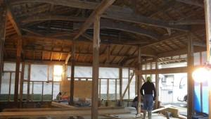 屋根と柱を残し、すべてのものを取り去った、スケルトン状態の現場。 いい物は残し、悪いものは撤去し補強する工事のためには必要な工程。